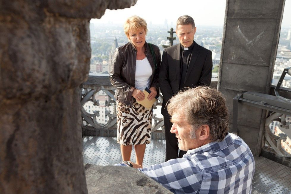Fliegt der Schwindel auf? Günter-Ersatz Georg (Walter Sittler, mit Mariele Millowitsch und Udo Schenk, M.) hat Höhenangst