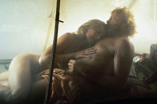 Oliver Reed und Amanda Donohoe beim Liebesspiel