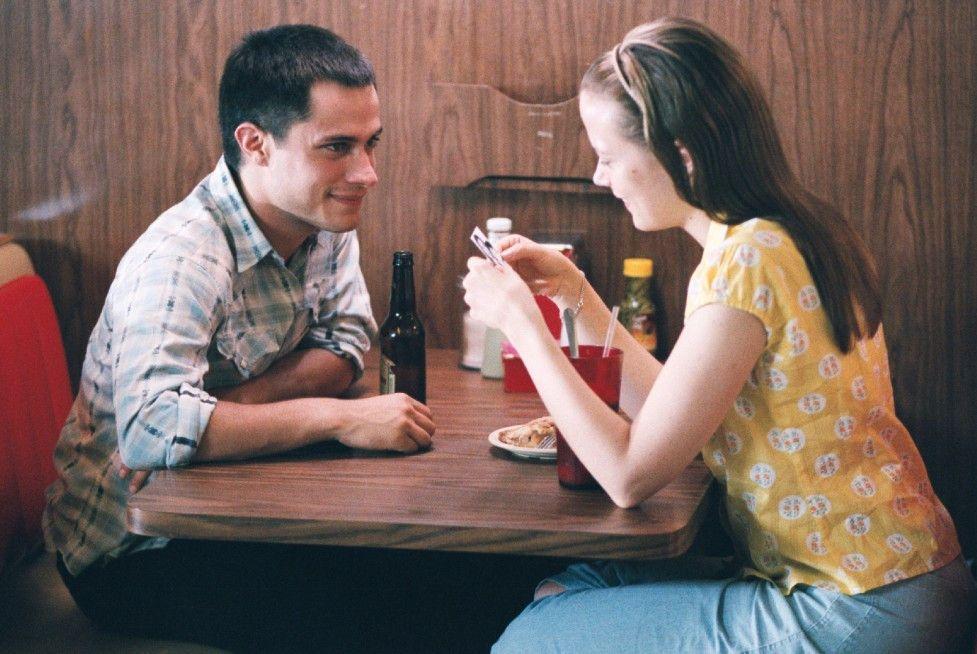 Elvis (Gael García Bernal) macht sich an seine Halbschwester Malerie (Pell James) heran