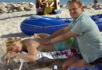 Kurt (Uwe Ochsenknecht) cremt Marga (Petra Zieser) liebevoll den Rücken ein
