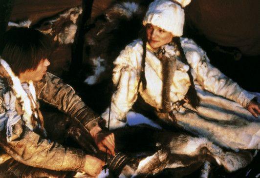 Aigin (Mikkel Gaup) verliebt sich in Sahve (Sara Marit Gaup), die ihn gepflegt hat