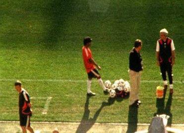 Kick mit Trainingsbällen: Vikash Dhorasoo (M.) während der WM 2006
