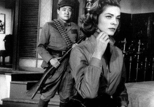 Arzttochter Cathy (Lauren Bacall) wird von einem rotchinesischen Offizier bewacht