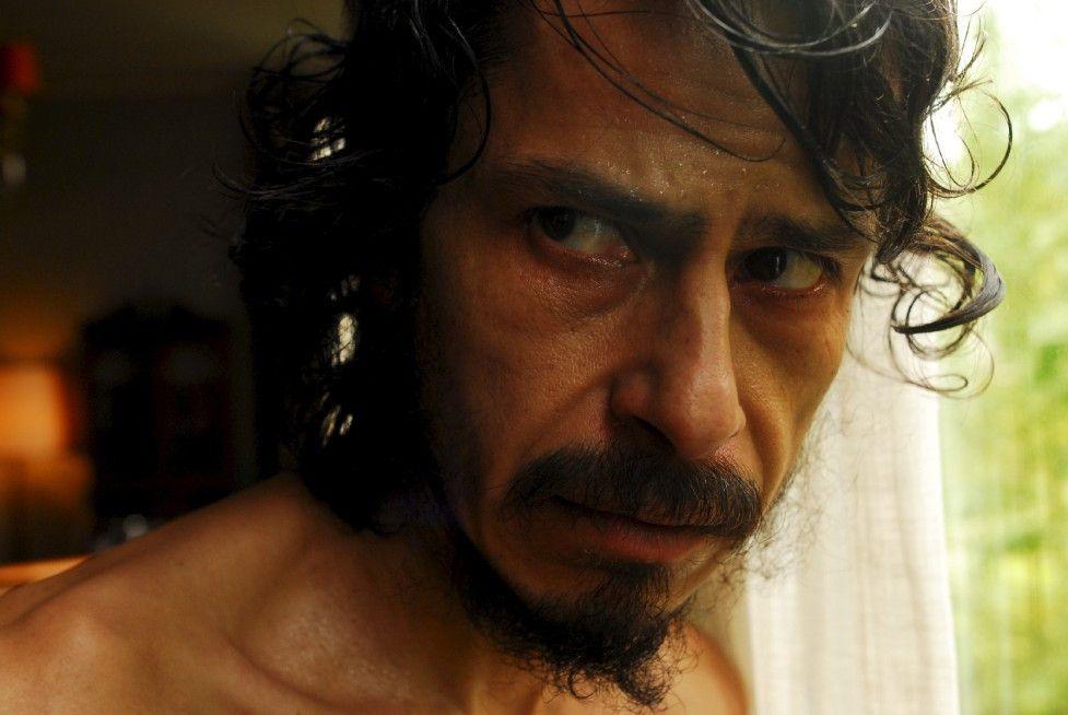 José María (Gustavo Sánchez Parra) versteckt sich im Haus der Arbeitgeber seiner Geliebten