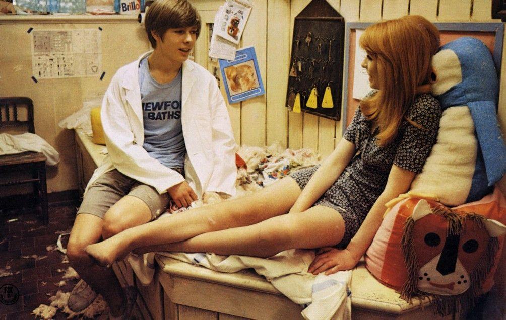 Mike (John Moulder-Brown) und Susan (Jane Asher) kommen sich langsam näher