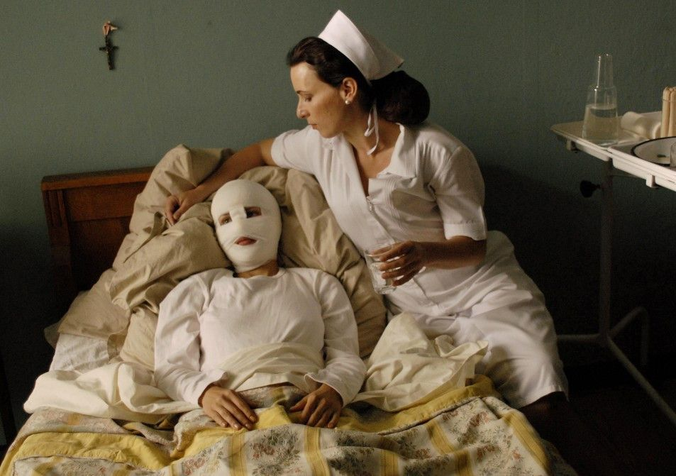 Die bandagierte Lucille (Janna Lisa Dombrowsky) und Joan (Susanne Sachsse)