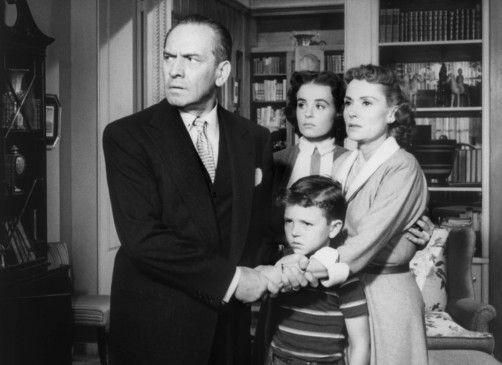Dan Hilliard (Fredric March) und seine Familie werden von den Gangstern bedroht