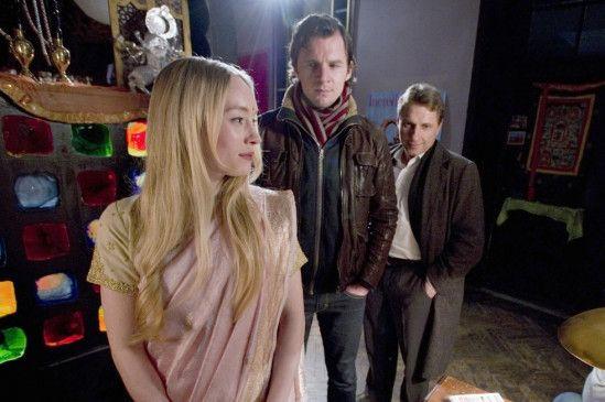 Lannert (Richy Müller, r.) und Bootz (Felix Klare) befragen Frau Saraswati (Katharina Heyer)