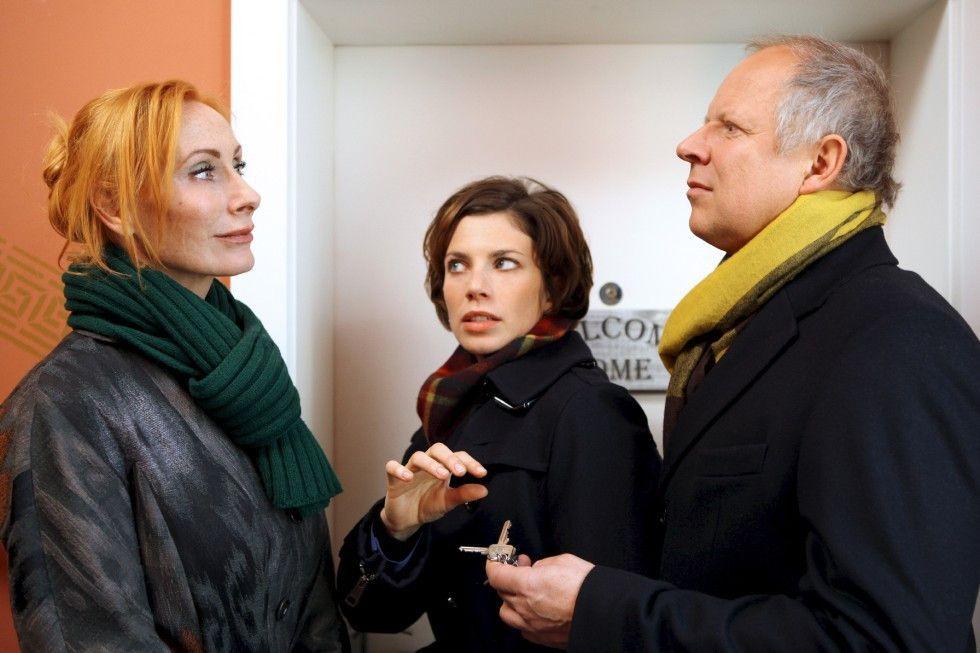 Was haben Sandra (Anna Rot) und Hans (Axel Milberg) Sandras Mutter Iris (Andrea Sabatzki, l.) zu verheimlichen?
