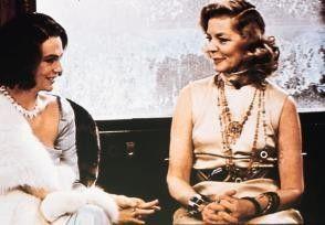 Schicke Aufmachung! Jacqueline Bisset (l.), Lauren  Bacall stehen trotzdem unter Mordverdacht