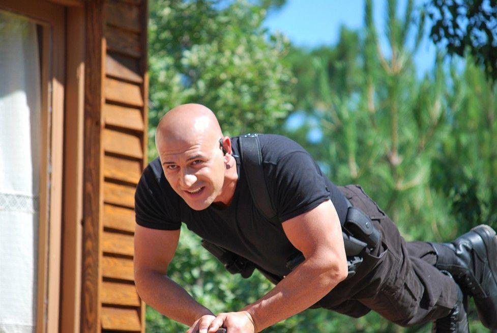 Mit Action in die Luft: Kazim Çarman als George