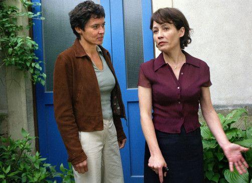 Kannten Sie die Tote? Ulrike Odenthal mit Anke Sevenich (r.)