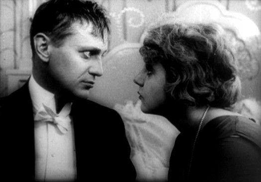 Für den betrunkenen Prinz Nucki (Harry Liedtke) und seine Retterin Prinzessin Ossi (Ossi Oswalda) ist es Liebe auf den ersten Blick