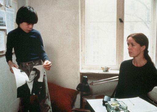 Juliane (Jutta Lampe) hat nach dem Tod ihrer Schwester deren Sohn Jan (Patrick Estrada-Pox) zu sich genommen