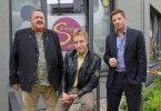 Die Rosenheim-Cops Hofer (Joseph Hannesschläger, l.), Mohr (Max Müller, M.) und Hansen (Igor Jeftic, r.) ermitteln im Beautysalon.