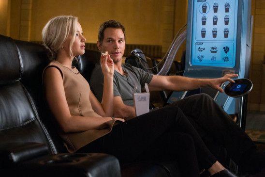 Aurora (Jennifer Lawrence) und Jim (Chris Pratt) sind zwei Passagiere an Bord eines Raumschiffs, das sie zu einem neuen Leben auf einem anderen Planeten bringen soll.