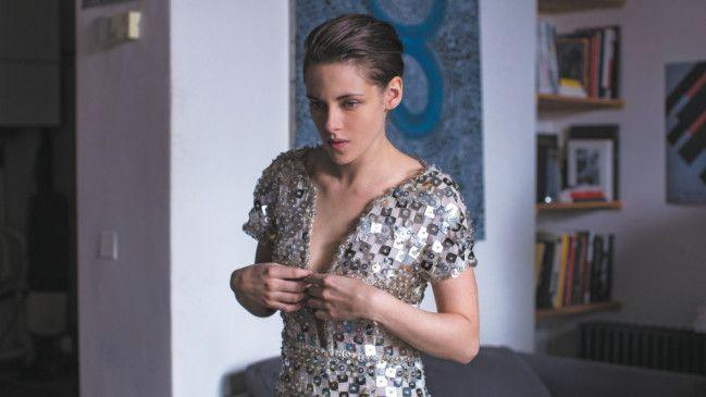 Maureen (Kristen Stewart) probiert heimlich die Kleider ihrer Chefin an