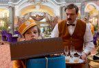 Timm Thaler (Arved Friese) heuert im Grand Hotel an und findet in Kreschimir (Charly Hübner) einen Freund.