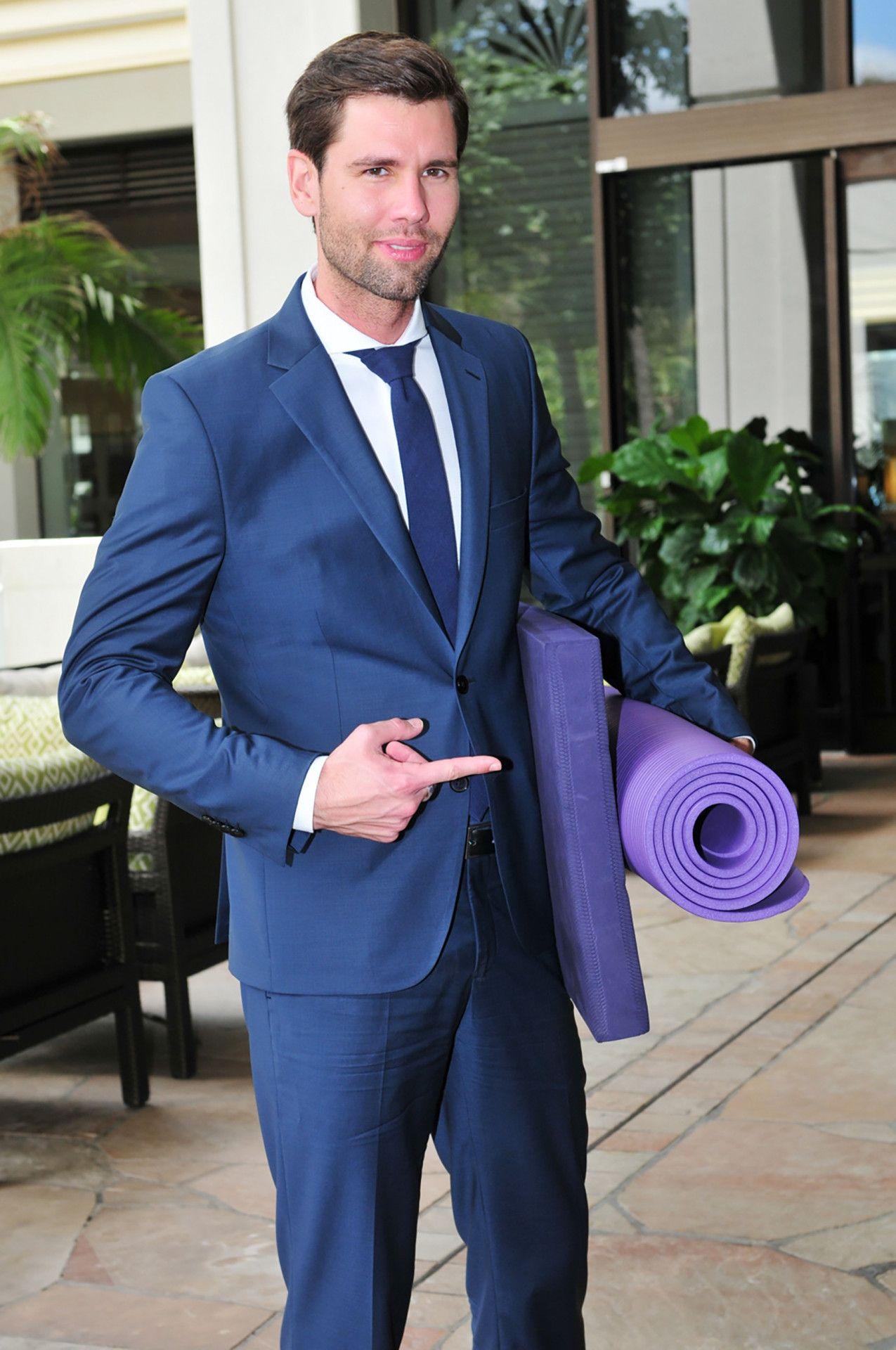 """Model Alexander """"Honey"""" Keen hat eine Fitness-Matte und ein Sitzkissen im Gepäck."""