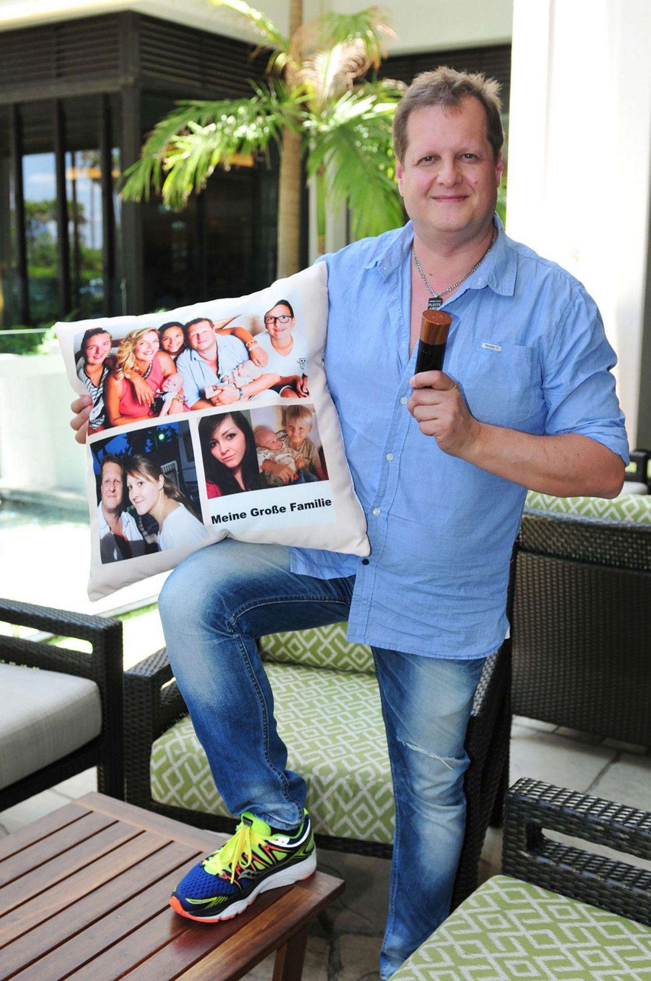 Kult-Auswanderer Jens Büchner  nimmt ein Kissen mit aufgedruckten Familienfotos und Parfüm mit ins Camp.