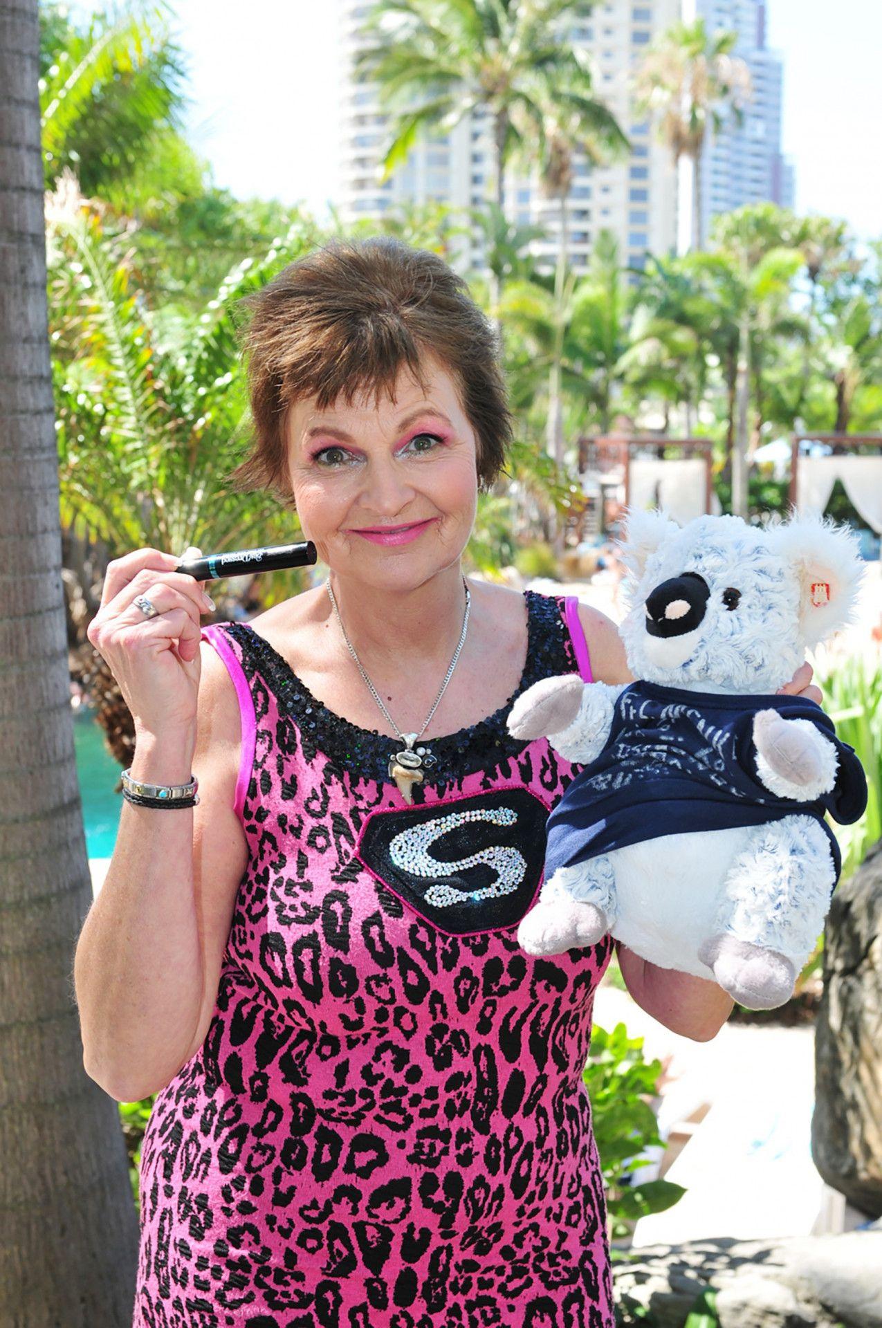 Fräulein Menke reist mit einem Koala-Bär-Plüschtier und mit Wimperntusche an.