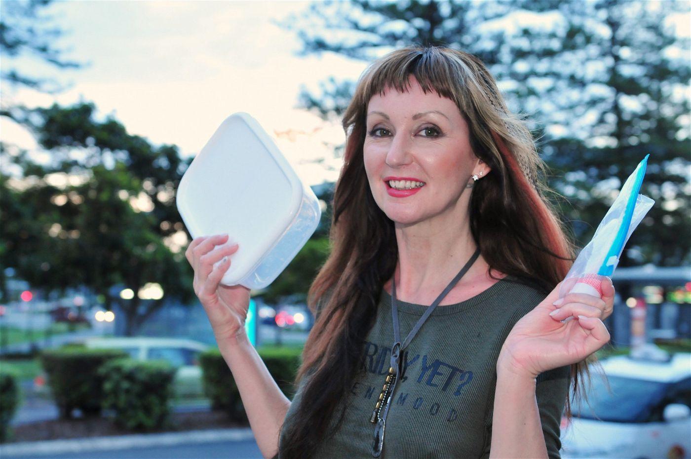 Hanka Rackwitz hat eine Frischhaltedose und getönte Tagescreme dabei.