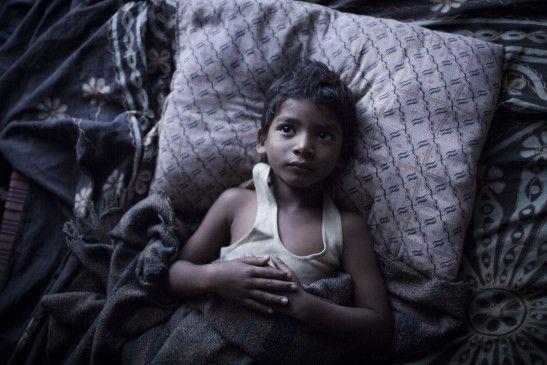 Saroo wächst in armen Verhältnissen auf.