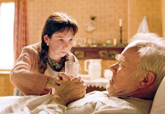 Hildegard (Charlotte Steinhauer) pflegt ihren Großvater (Peter Franke)