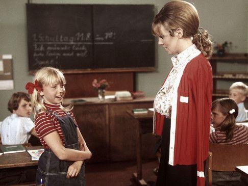 Klein Erna (Gitta Zeidler, l,) gibt ihrer überraschten Lehrerin patzige Antworten