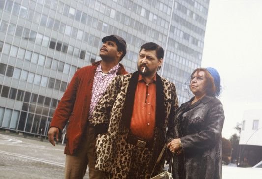 """Günther Kaufmann, Rainer Werner Fassbinder (M.) und Brigitte Mira am Set von """"Kamikaze 1989"""""""