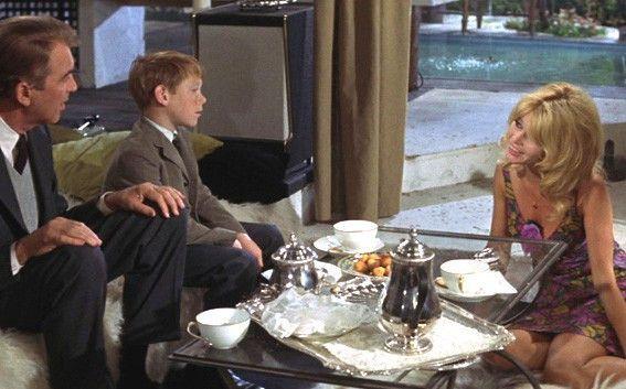 Eramus (Bill Mumy, M.) ist endlich am Ziel seiner Träume: er trifft Brigitte Bardot