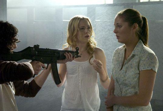 Der Amokläufer zwingt Diana (Evan Rachel Wood, l.) und ihre Freundin Maureen (Eva Amuri) zu einer tödlichen Entscheidung