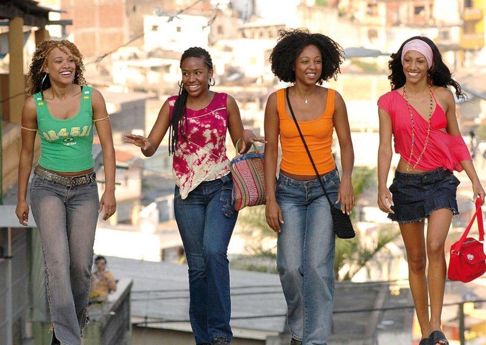 Die vier Freundinnen wollen der Armut ihres Viertels entkommen