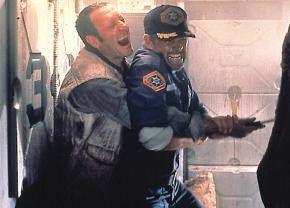 Hab' ich dich, Future-Cop! Marc Boyle (l.) und Sean Connery