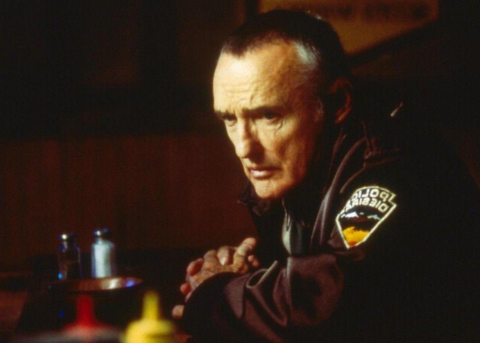 Was der Typ hier wohl will? Sheriff Gilchrist (Dennis Hopper) rätselt ...
