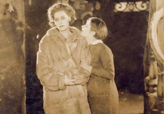 Ach, bin ich heute wieder abwesend! Greta Garbo(l.) in ihrer  zweiten Kinorolle