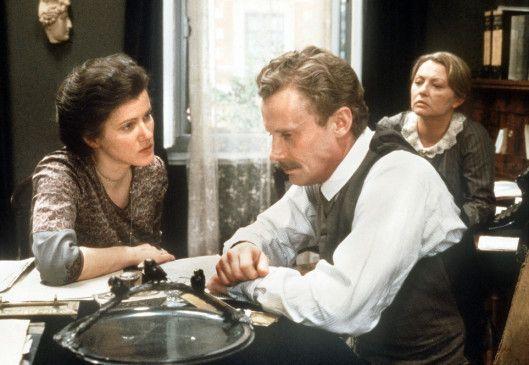 Wir müssen kämpfen! Rosa Luxemburg (Barbara Sukowa, l.) beschwört Leo Jogiches (Daniel Olbrychski) und Sekretärin Mathilde (Karin Baal)
