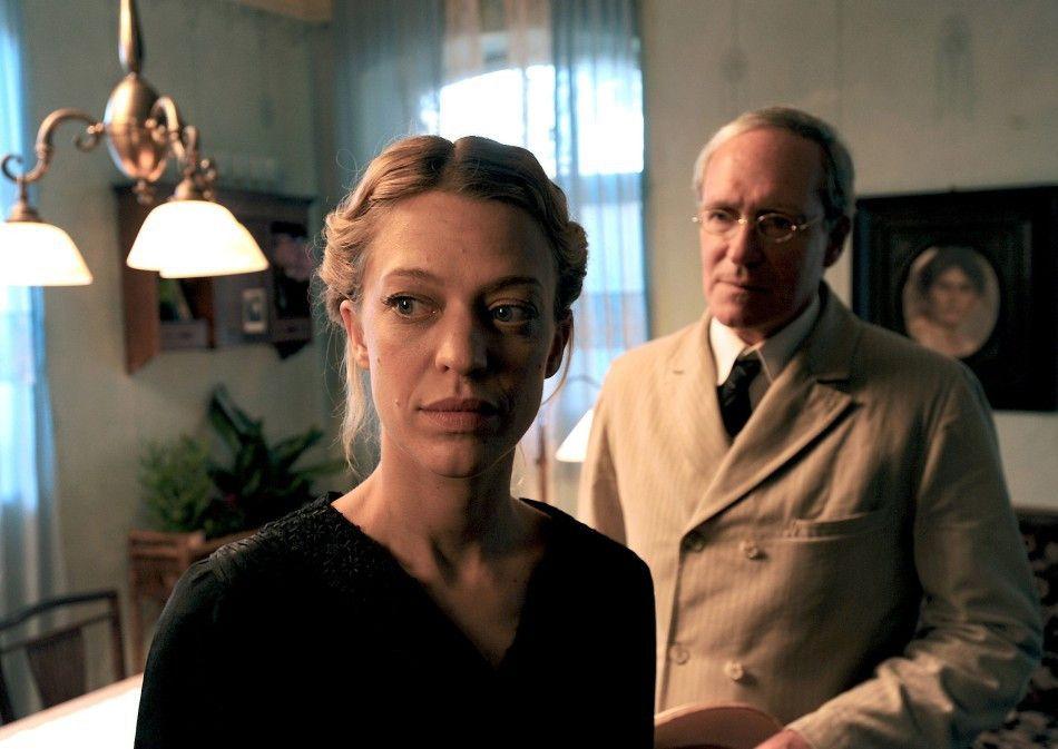Heimkehrer Staudenmeyer (August Zirner) interessiert sich für die Witwe Katharina Entriß (Heike Makatsch)
