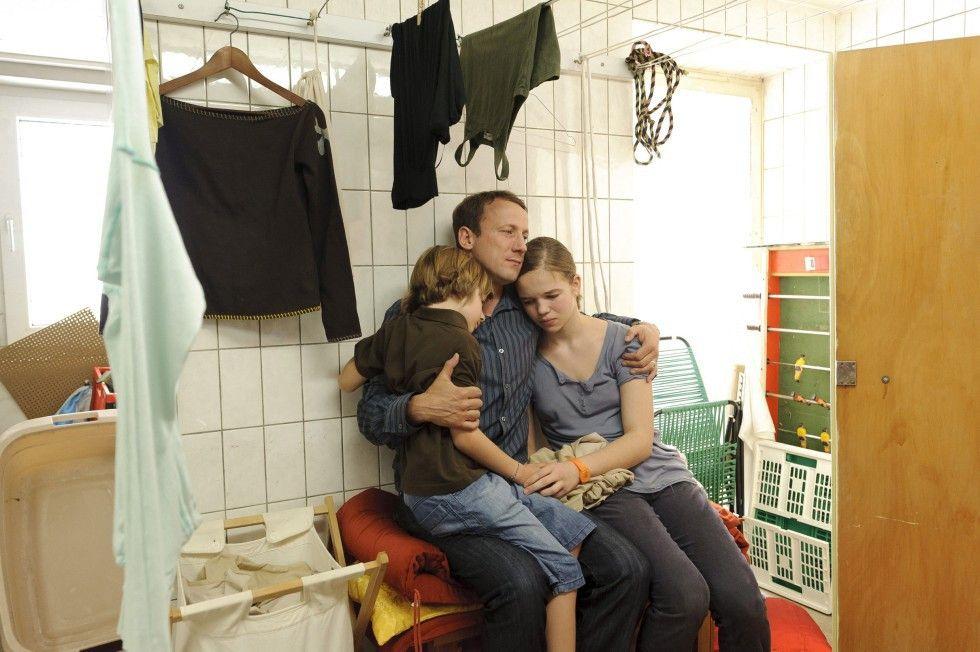 Wir müssen jetzt zusammenhalten! Lars (Wotan Wilke Möhring) mit seinen Kindern Maike (Matilda Merkel) und Piet (Nick Julius Schuck)