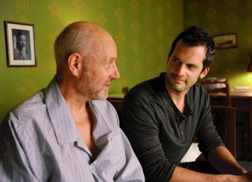 Erst allmählich begreift Jürg (Martin Rapold), dass sein Vater (Peter Freiburghaus) an Alzheimer erkrankt ist