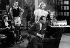 Die Familie fragt sich, ob es eine gute Idee von Henry war, Tänzerin Olivia (Joan Crawford, r.) zu heiraten.