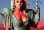 """""""Rock-Oma"""" Tina Turner mit blonder Haarpracht und  Metallkluft als Aunty Entity"""