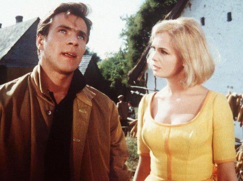 Thomas (Götz George) flüchtet vor seiner Freundin Karin (Teri Tordai) nach Ungarn