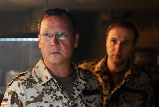 Oberst Georg Klein (Matthias Brandt, l.) muss eine Entscheidung treffen
