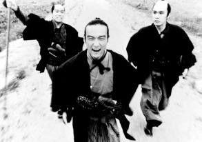 Auf ihn mit Gebrüll - Mitsuru Fukikoshi (Mitte) jagt den Dieb des Shogun-Schwertes