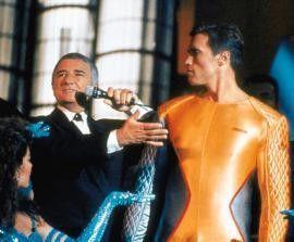 """Allein auf verlorenem Posten: Arnold Schwarzenegger (r.) als """"Running Man"""""""
