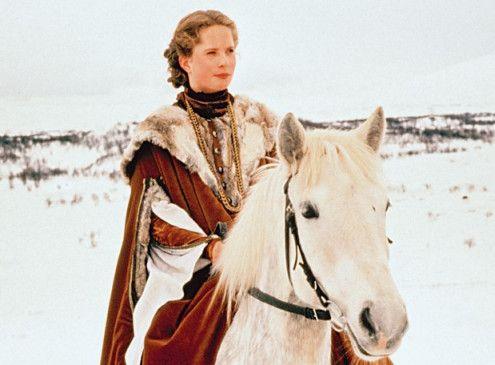 Die schöne Prinzessin (Maria Bonnevie) reitet durch das verschneite Königreich