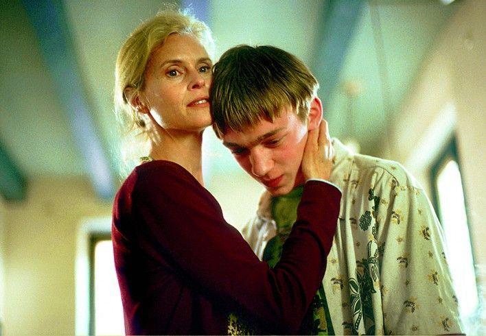 Oliver (Tino Mewes) sucht Trost bei seiner Mutter (Leslie Malton)