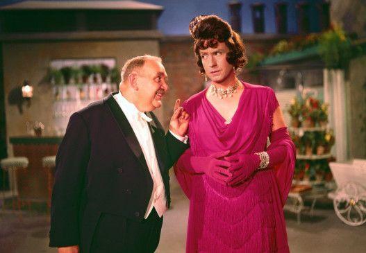 August Sallmann (Fritz Eckhardt) begehrt die falsche Tante (Peter Alexander)