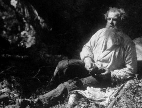 Isak (Amund Rydland) sucht in der Wildnis nach fruchtbarem Land